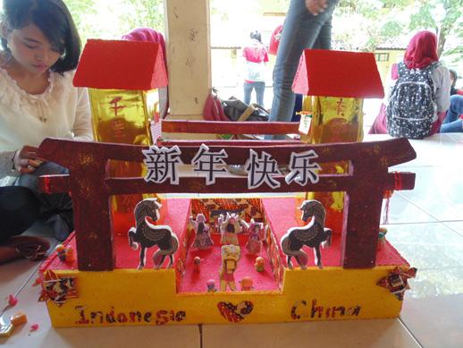 Peserta lomba Mading di Festival Mandarin Unesa 2014